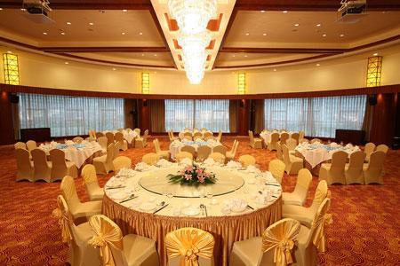 杭州万丰房地产开发有限公司共同投资组建的建德半岛凯豪大酒店正式